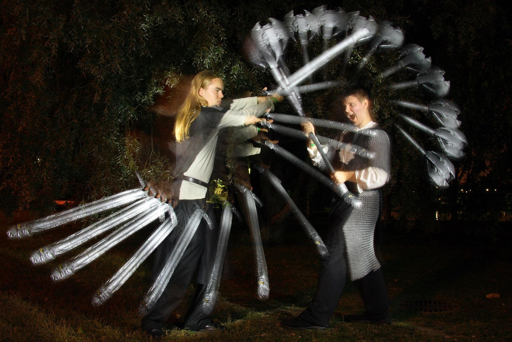 Kaksi miekkailijaa.