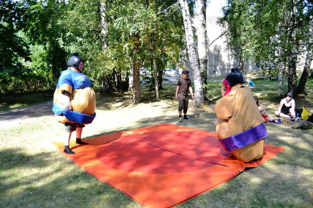Kaksi henkilöä sumopainiasuissa.