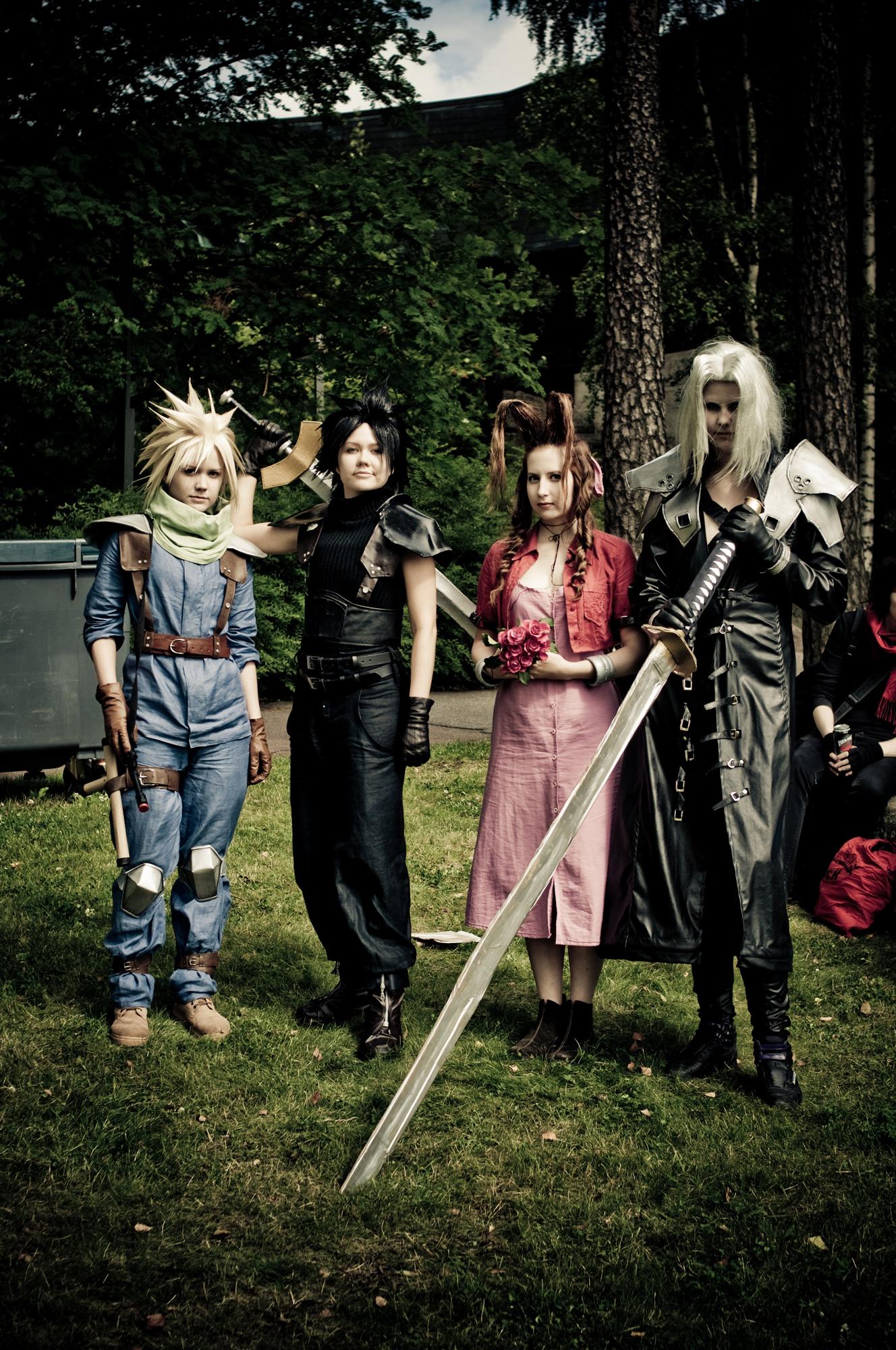 Final Fantasy hahmoiksi pukeutunut ryhmä.